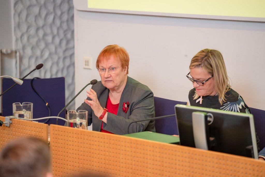 Presidentti Tarja Halonen katsoo kameraan, vierellä Eva Biaudet.