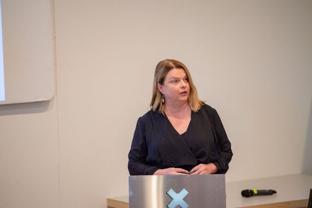 Näyttelijä Elina Knihtilä puhuu yleisölle.