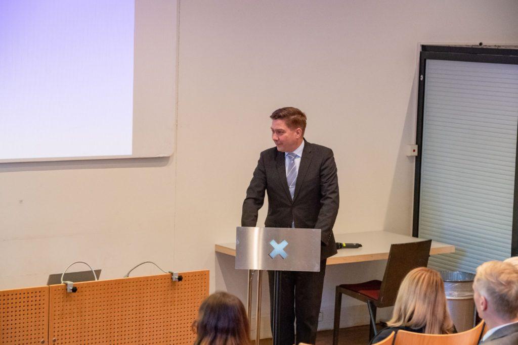 Tasa-arovministeri Thomas Blomqvist pitää puhetta yleisölle.