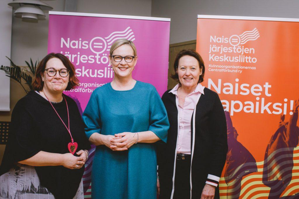 Kuvassa on Naisjärjestöjen Keskusliiton puheenjohtaja ja kaksi varapuheenjohtajaa. Kolme naista, jotka katsovat kameraan.